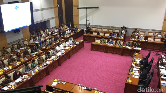 Menkominfo Rudiantara tepis isu kebocoran data  registrasi SIM card di Komisi I DPR (detikINET/Agus Tri Haryanto)