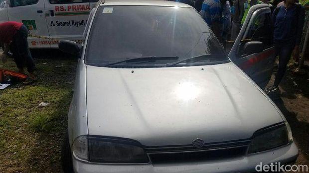 Mobil tempat ditemukannya jasad pasutri di tepi Pantura, Tegal.