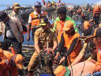 Gubernur DKI Jakarta Anies Baswedan turun ke tumpukan sampah di Teluk Jakarta dan mengambil dengan tangannya
