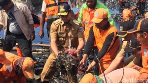Lihat Sampah Teluk Jakarta, Anies: Jangan Buang Sampah Sembarangan!