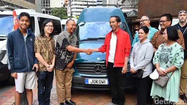 Presiden Jokowi menandatangani mobil berpelat JOKOWI milik WNI yang tinggal di Selandia Baru.