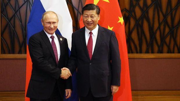 Hubungan pemerintahan Putin (kiri) dan Xi (kanan) semakin membaik di tengah desakan dunia.