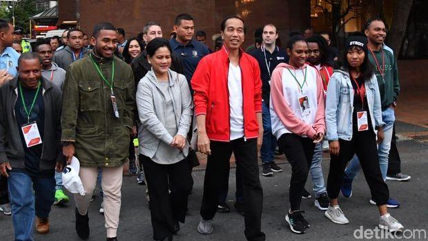 Jokowi, Iriana dan pelajar Indonesia saat jalan kaki santai di sisi water front Wellington, Selandia Baru.