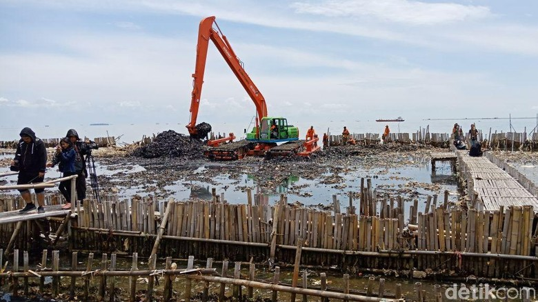 100 Ton Sampah Teluk Jakarta Ditargetkan Terangkut Pekan Ini