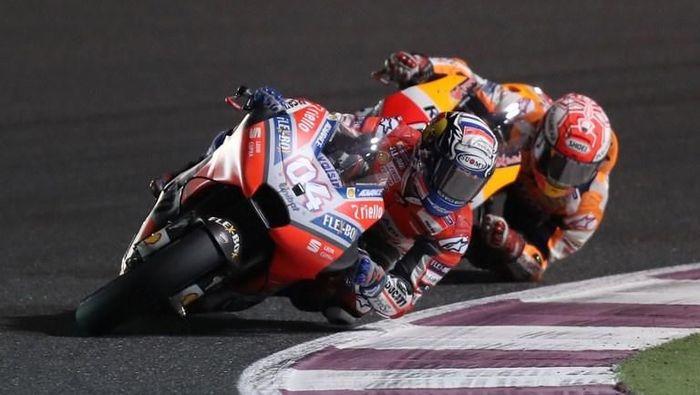 Andrea Dovizioso vs Marc Marquez di MotoGP Qatar 2018 (Foto: Karim Jaafar/AFP Photo)