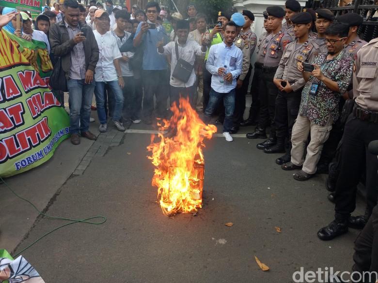 Usai Bakar Foto Anies, Massa Demo di DPRD DKI Bubar