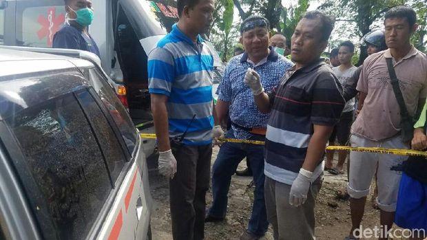 Polisi saat menyelidiki penemuan jasad pasutri di dalam mobil di tepi Pantura, Kabupaten Tegal.