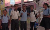 Anak-anak yang mau pergi sekolah (Natalia Guerrero/BBC Travel)