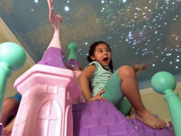 Kamarnya juga dilengkapi playground mini. (Facebook/ Lyle Coram)