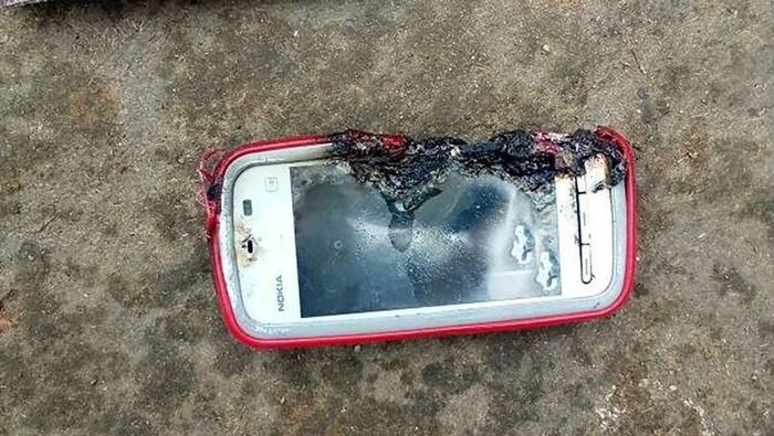 Ponsel Nokia yang meledak. Foto: CEN