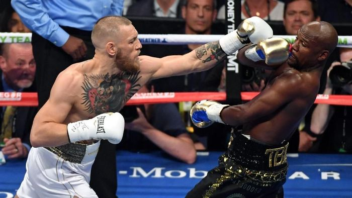 LAS VEGAS, NV - AUGUST 26:  Floyd Mayweather Jr. (R) avoids a punch from Conor McGregor in the first round of their super welterweight boxing match at T-Mobile Arena on August 26, 2017 in Las Vegas, Nevada. Mayweather won by 10th-round TKO.  (Photo by Ethan Miller/Getty Images)