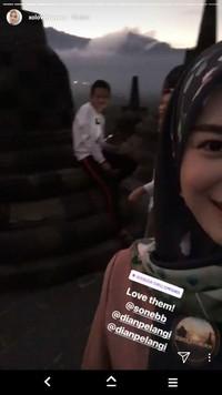 Dalam video di Instagram itu pula terlihat beberapa orang bersama Ayana. Ia bahkan sampai malam ada di Candi Borobudur (xolovelyayana/Instagram)