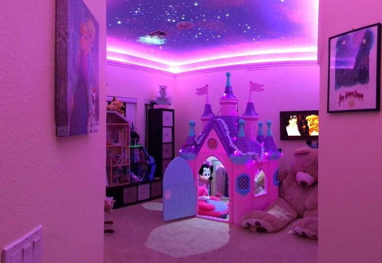 Nuansa kamarnya berwarna pink dan ungu, Bun. (Facebook/ Lyle Coram)