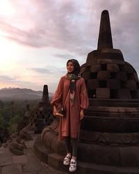 Hi, Borobudur! I'm here. Borobudur yang saya lihat hanya di buku. Saya melihat pemandangan indah dengan orang yang saya cintai, jadi ingat ibu saya, begitulah ungkapannya (xolovelyayana/Instagram)