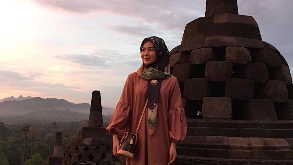 Foto: Mualaf Cantik Ayana dan Candi Borobudur