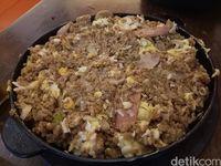 Tampilan volcano rice yang sudah dituangi telur dan dimasak jadi satu.