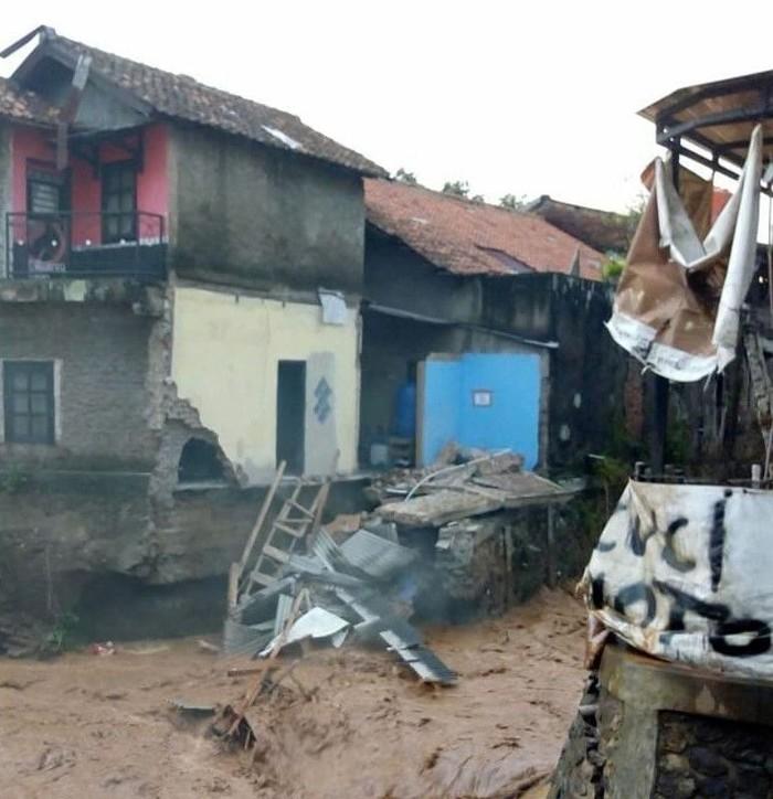 Bangunan ambruk tergerus derasnya air sungai. (Foto: dok.Polsek Antapani)