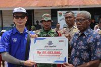 Eddy Ang memberikan donasi kepada Kepala Sekolah SD Inpres, Rasyid Longsoh (Foto: Dok Yamaha)