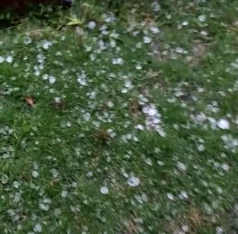 Hujan Badai dan Es Guyur Ujungberung Bandung