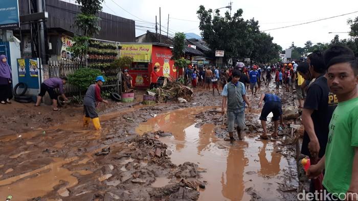 Lumpur sisa banjir bandang yang menerjang kawasan Cicaheum. (Foto: Muklis Dinillah/detikcom)