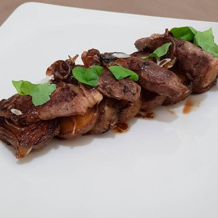 Sajian daging yang tampak lembut ini sangat pas jadi menu makan malam. Woow, terlihat juicy ya sajian Maxime Bouttier ini. Foto: Instagram @bouttier_maxime