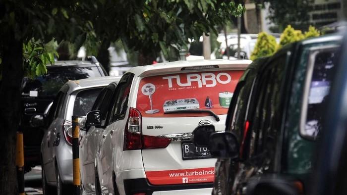 Sejumlah taksi online menunggu orderan di kawasan Imam Bonjol, Menteng, Jakarta. Sejumlah kalangan menyambut positif rencana pemberlakuan Permenhub 108/2017.