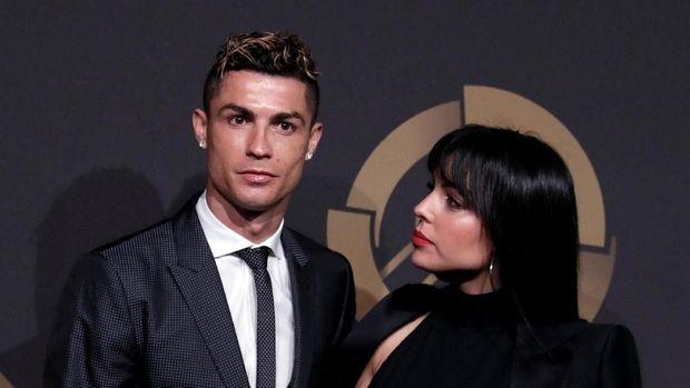 Deretan Cewek-cewek Seksi di Sekeliling Cristiano Ronaldo