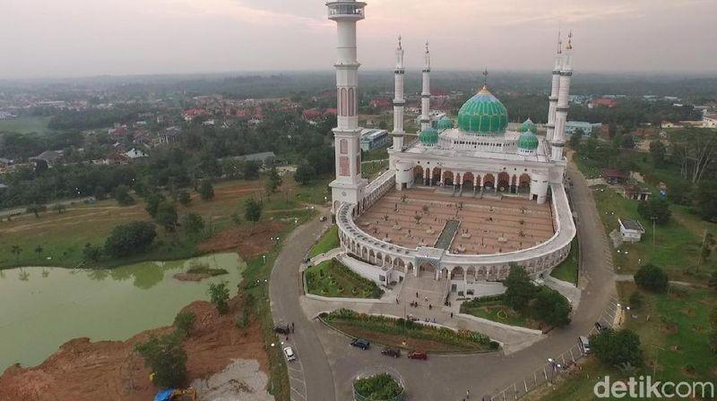Inilah Masjid Agung Madani di Kabupaten Rokan Hulu. Terpilih sebagai masjid terbaik di provinsi Riau tahun 2015 versi Kementrian Agama (Okta Marfianto/detikTravel)