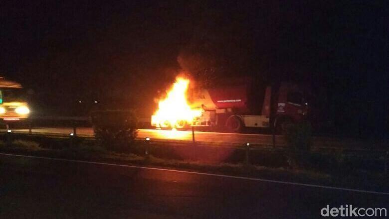 Truk Tangki BBM Terbakar di Tol Merak, 6 Mobil Damkar Dikerahkan