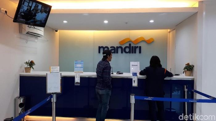 Korban Skimmming mendatangi KCP Bank Mandiri Graha Pena2//Foto: Zaenal Effendi