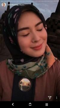 Ayana terlihat memain-mainkan senter sebagai penerangan. Unggahan Ayana ini menjadi keuntungan tersendiri bagi Indonesia yang secara tidak langsung dipublikasikan Ayana ke satu juta followernya (xolovelyayana/Instagram)