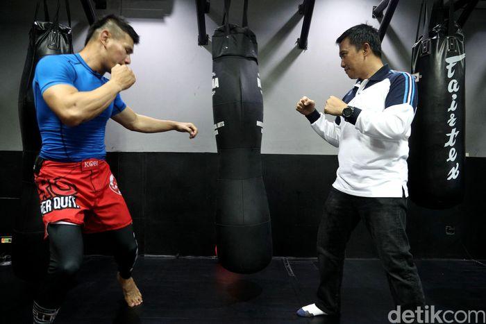 Imam Nahrawi berlatih Jiu Jitsu dengan atlet Jiu Jitsu Rudy Ahong Gunawan.