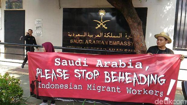Kelompok aktivis buruh migran menggelar demonstrasi di depan Kedubes Arab Saudi untuk RI di Jl HR Rasuna Said, Jaksel, Selasa (20/3/2018)