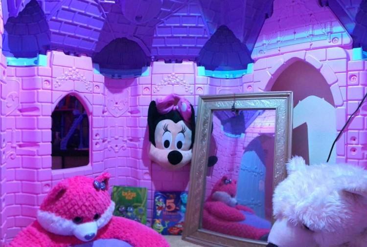 Lihat deh, ada Minnie Mouse di dalam istana. Benar-benar kamar impian anak-anak nih. (Facebook/ Lyle Coram)