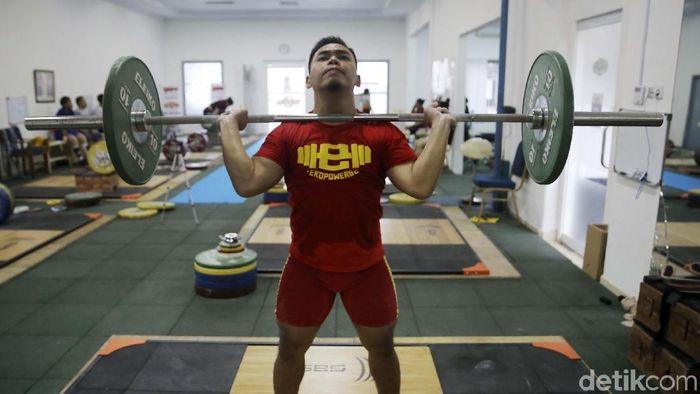 Eko Yuli Irawan sedang berlatih di pelatnas angkat besi. (Agung Pambudhy/detikSport)