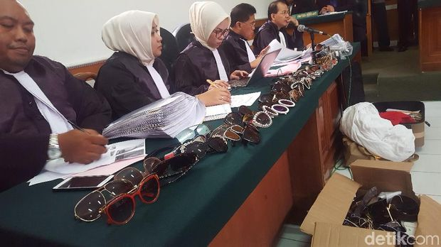 Kacamata bos First Travel ditunjukkan jaksa dalam sidang lanjutan di PN Depok, Rabu (21/3/2018)