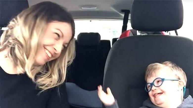 Video Haru Saat Anak Down Syndrome Karaoke Bareng Ibunya (Foto: Youtube/ Wouldnt Change a Thing)