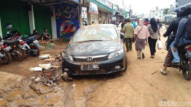 Belasan Mobil Bertumpuk karena Banjir Bandang Mulai Dievakuasi
