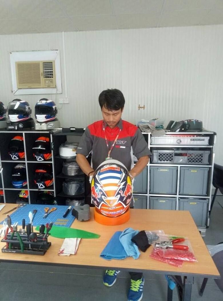 Mugiyono, orang Kebumen yang mengurusi helm Dovizioso. Foto: Facebook/Nathania Mugiyono