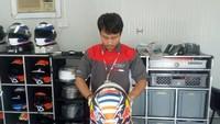 Di balapan MotoGP yang berlangsung seri pertama di Qatar akhir pekan kemarin, ada orang asal Kebumen yang berjasa merawat helm pebalap kenamaan di MotoGP.Foto: Facebook/Nathania Mugiyono