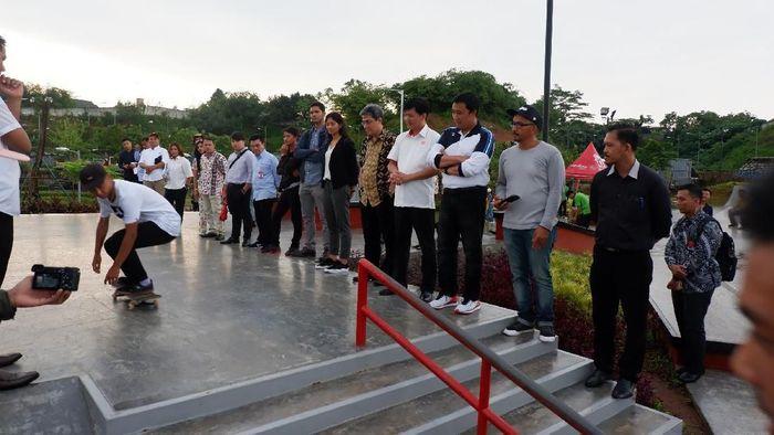 Menpora kali bertandang ke BSD Xtreme Park, Tangerang untuk melihat persiapan para atlet cabang olahraga skateboard berlatih. (Foto: Sinarmas)