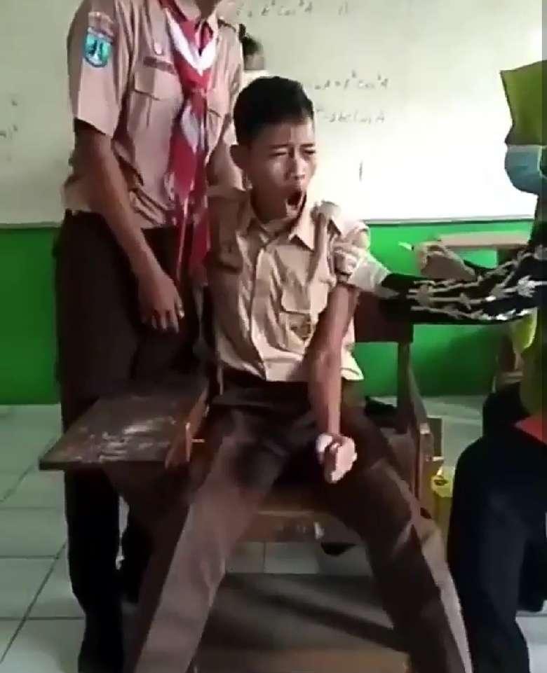 Dengan memakai seragam Pramuka, ia menjerit saat petugas akan menyuntiknya. Foto: Instagram
