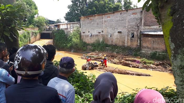 Warga menonton evakuasi mobil/Foto: Mukhlis Dinillah