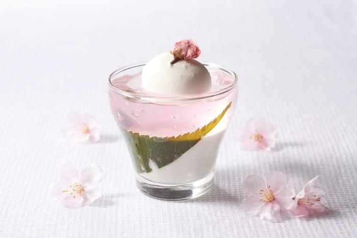 Grand Hyatt Tokyo membuat Sakura Blancmange. Berupa lapisan jelly sakura dan blancmange (mirip pannacotta) rasa sakura. Dessert ini disempurnakan dengan kelopak bunga sakura. Foto: Tokyo Weekender