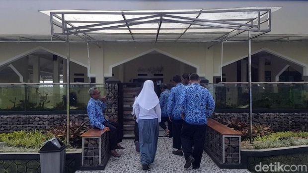 Bikin Betah Jamaah, Masjid Berpagar Akuarium di Sukabumi