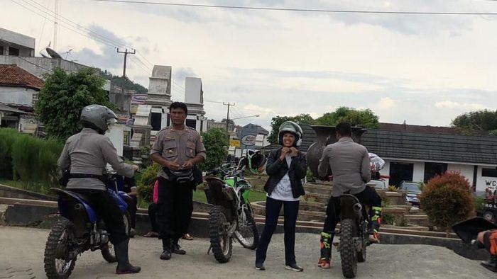 Sebelum tancap gas, Rini bersiap-siap dengan perlengkapannya. Pakai helm juga jaket kulit. Foto: Dok: KCIC