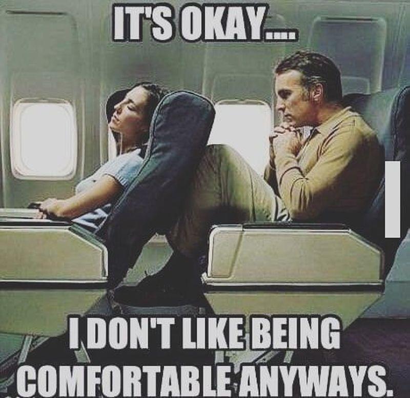 Kalau naik pesawat kelas ekonomi, masalahnya nggak jauh-jauh dari bangku yang sempit deh. Apalagi di depan kamu menurunkan posisi bangkunya (we.all.travel/Instagram)