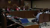 Mantan Komisaris PT Adhiguna Keruktama (AGK) Adi Putra Kurniawan mengaku pernah meminta saran pada mantan Dirjen Hubla Antonius Tonny Budiono.