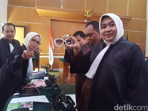 Kacamata Anniesa ditunjukkan dalam persidangan