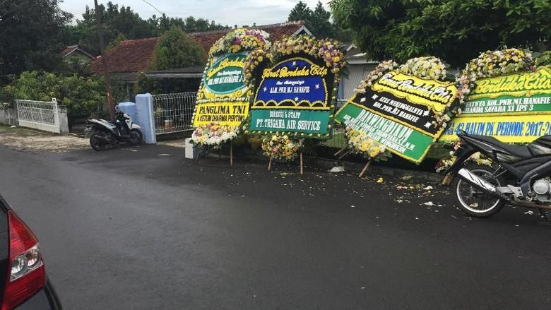 Foto: Karangan Bunga dan Potret Kenangan Pilot Tewas di Cilacap